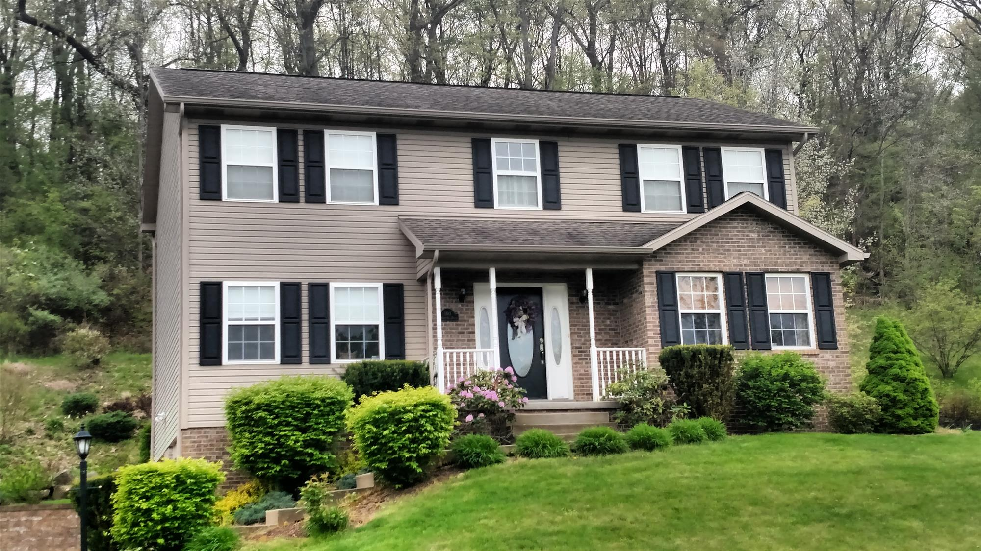 Beautiful Colonial in Cranberry Twp! - Beautiful 4 bedroom colonial with 4 bathrooms !  Neighborhood offers walking trails...